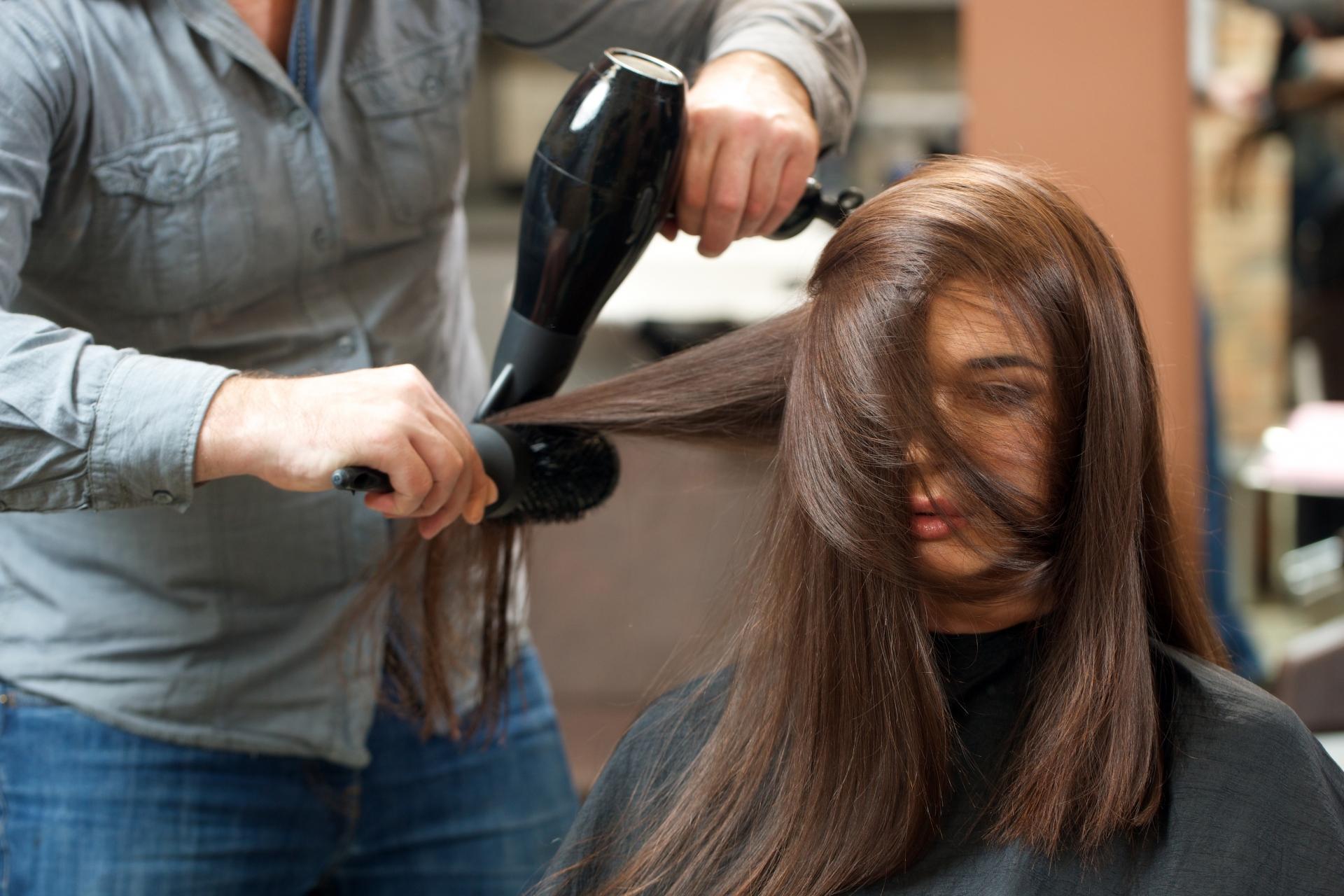 彼女が美容師の男性に髪を触られるのは嫌だ!そんな男性心理とは