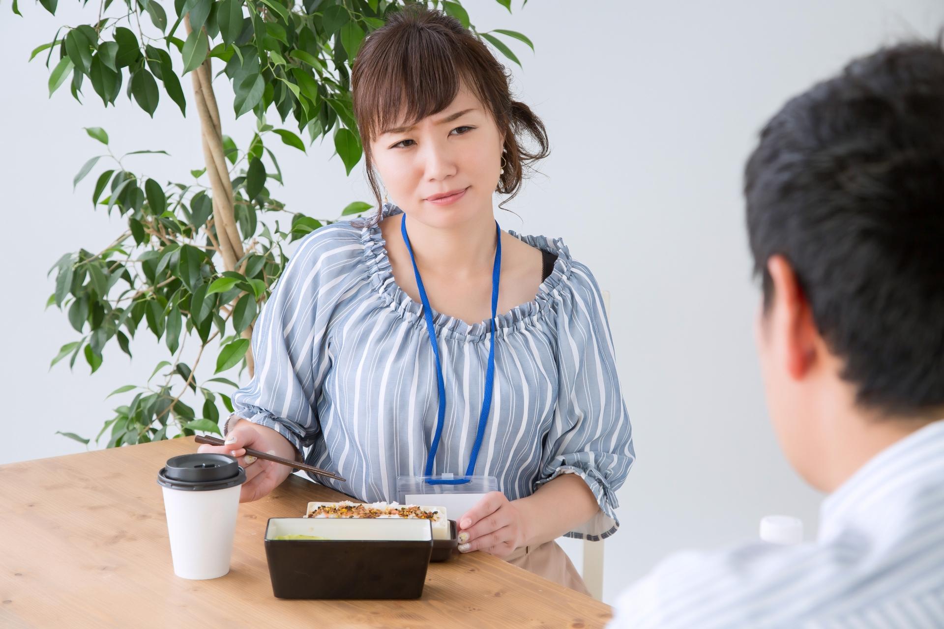 男性が職場で好意を持っている女性にとる態度について