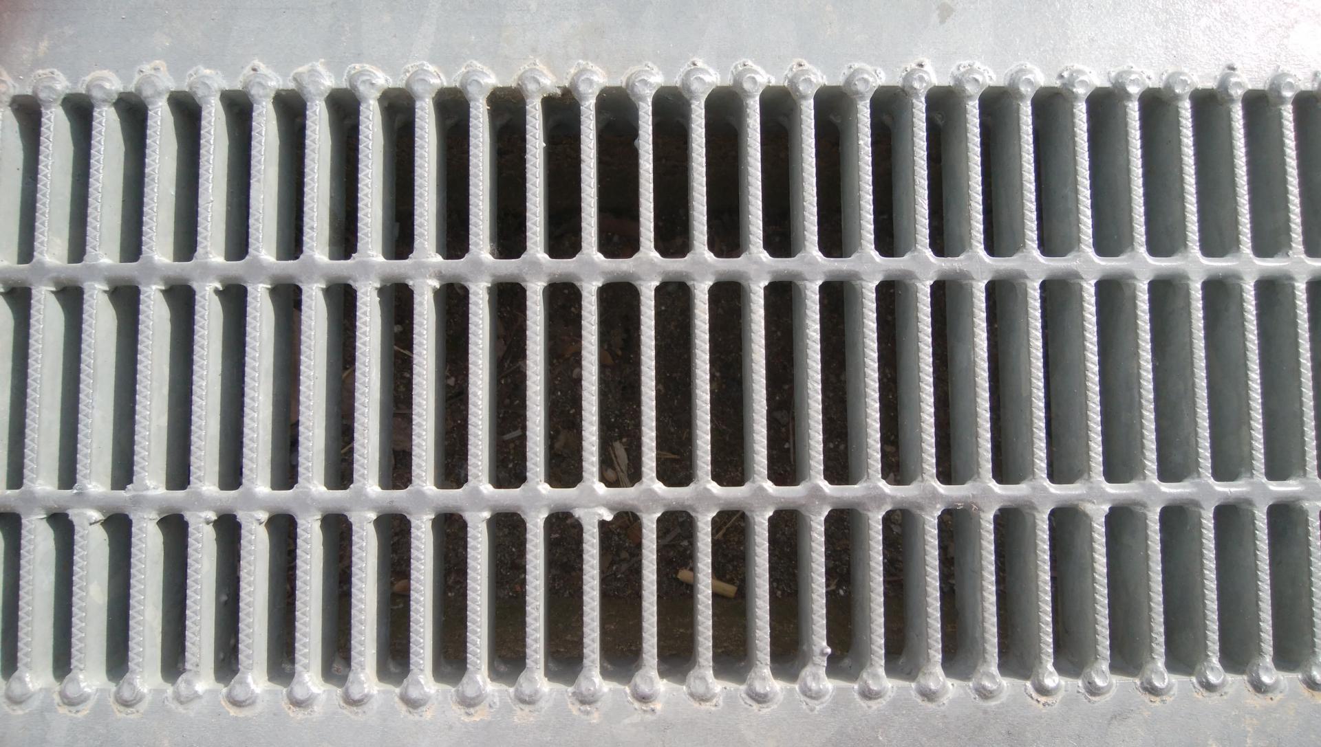 洗濯機の排水溝から臭いが!?臭う原因と対策、対処法について